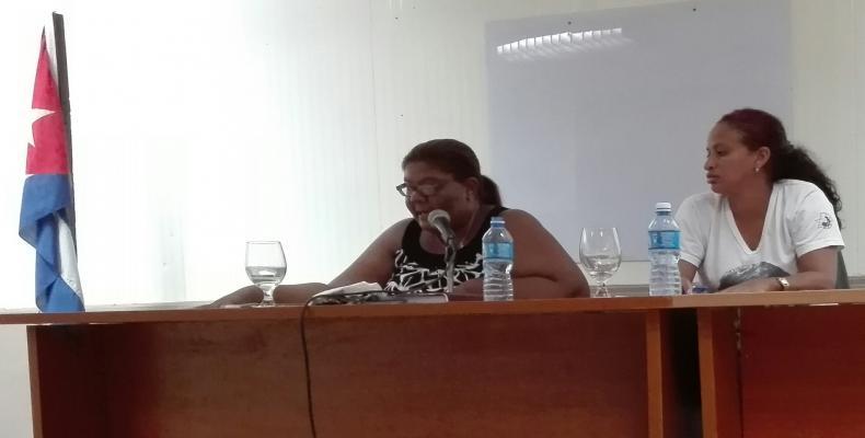 Sucel Lameré (I) junto a Mildriana Mena (D) conducen el análisis en el policlínico docente Nguyen Van Troi. Foto: Marianela Samper