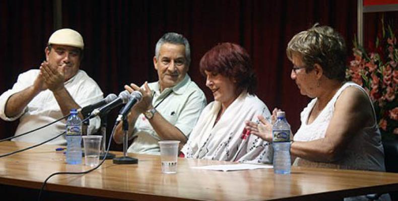 (de izq a der) Juan Rodríguez, presidente del Instituto Cubano del Libro, Margarita Mateo, Cira Romero y Abel Prieto, ministro de Cultura de Cuba. Foto: José Ra