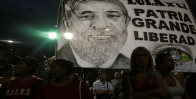 Protesters demand freedom for Lula da Silva.  Photo: AP