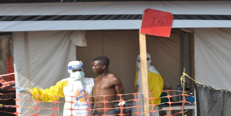 Trabajadores de la salud atienden a un paciente en un centro para el tratamiento del ébola, Beni, República Democrática del Congo, el 6 de septiembre de 2018.Fi
