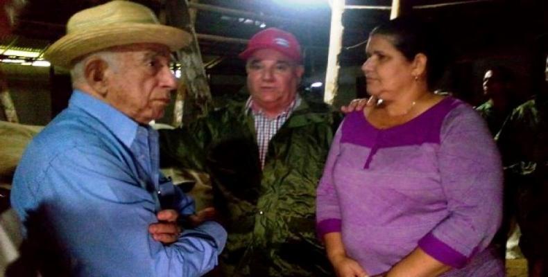 Machado Ventura (I) dialoga con las autoridades pinareñas. Foto: Tele Pinar
