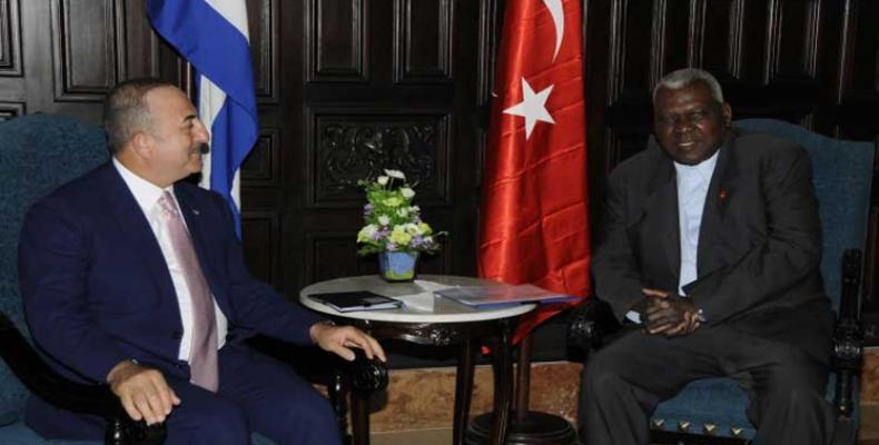 Lazo (D) se muestra congratulado con la visita de Çavusoglu (I). Foto: PL