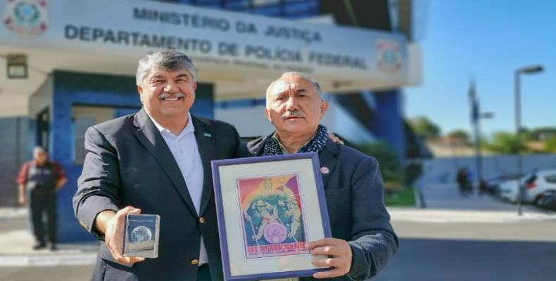 Richard Trumka and Pepe Alvarez visit Lula in prison to give him award.  (Photo: Google)