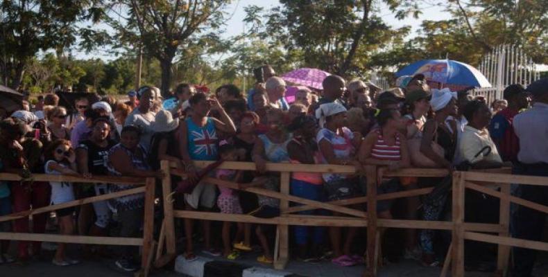 Numerosas personas hacen fila para entrar a Santa Ifigenia.  Foto:  Cubdebate