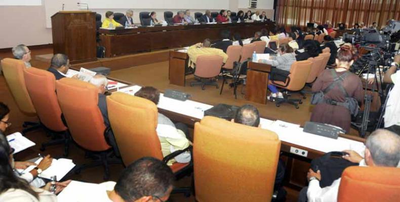 Analizan diputados cubanos proyecto de Constitución. Foto: PL.
