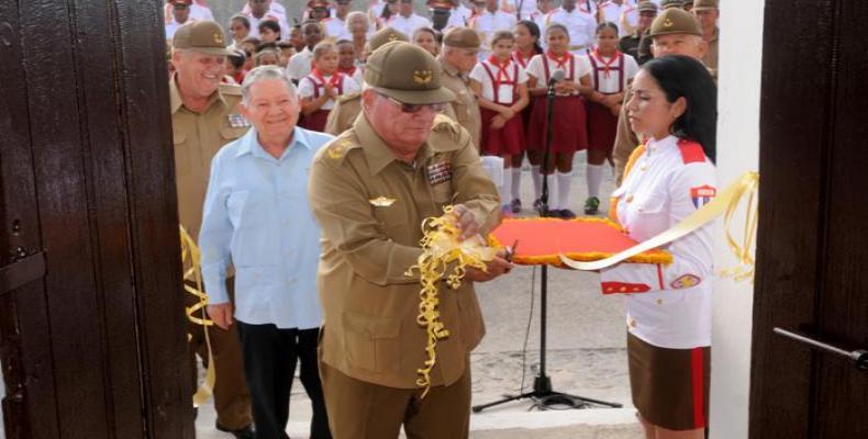 General de Cuerpo de Ejército la inaugura exposición fotográfica.  Foto;  Diario Granma