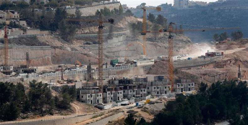 Picture taken on April 14, 2016 shows a partial view of the Israeli settlement of Givat Zeev near the West Bank city of Ramallah.  Photo: AFP