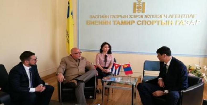 Becali reunido con dirigente deportivo de Mongolia. Foto: Embajada de Cuba