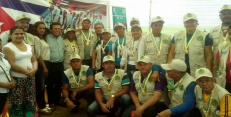 Los integrantes de la Brigada Henry Reeve recibieron el reconocimiento en medio de una jornada de trabajo. Foto: Cubaminrex