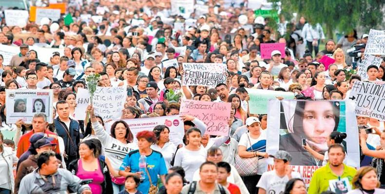 Mexican women and activists march to condemn disappearances, murders of 20 women.  Photo: La Jornada