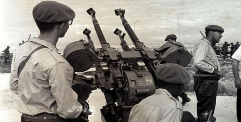 Fidel Castro dio la orden de disparar a los aviones que a baja altura hollaban el cielo patrio. Foto: Alberto Korda
