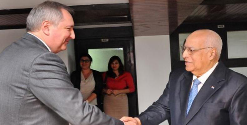 Rogozin (I) junto a Cabrisas (D), en La Habana. Foto: Jorge Luis González/ Periódico Granma