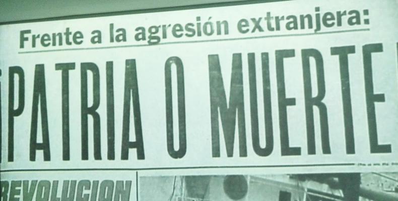 Patria o Muerte proclamada por Fidel Castro durante el sepelio de las víctimas del vapor La Coubre. Foto: Memorial de La Denuncia.