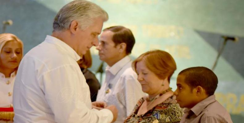 Díaz-Canel entregó condecoraciones a un grupo de estudiosos de la obra de Martí.Foto:RReloj.
