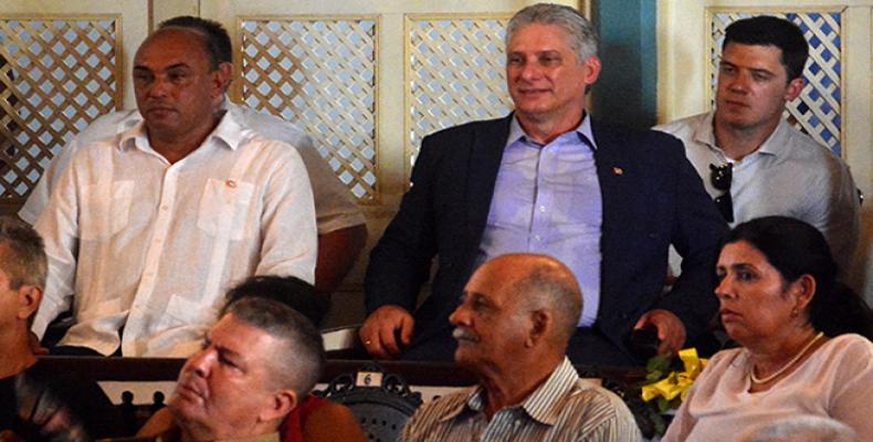 El presidente cubano en la ceremonia celebrada en el teatro La Caridad. Fotos: Arelys Maria Echeverria