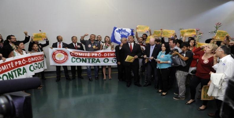 Parlamentarios y movimientos exigen que se respete la democracia en Brasil.   Foto: redebrasilatual.com.br