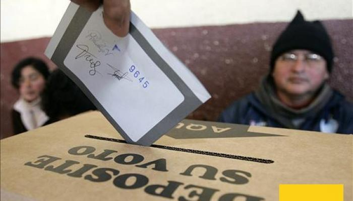 Desde el amanecer de este domingo, los colombianos comenzaron a llegar a los colegios y otros sitios acondicionados para refrendar los acuerdos de paz