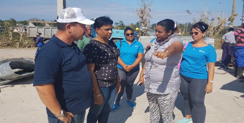 Rodríguez Rodríguez (I) e Inés María Chapman (a su izq) constatan las acciones para restablecer el servicio de agua. Foto tomada de RRebelde