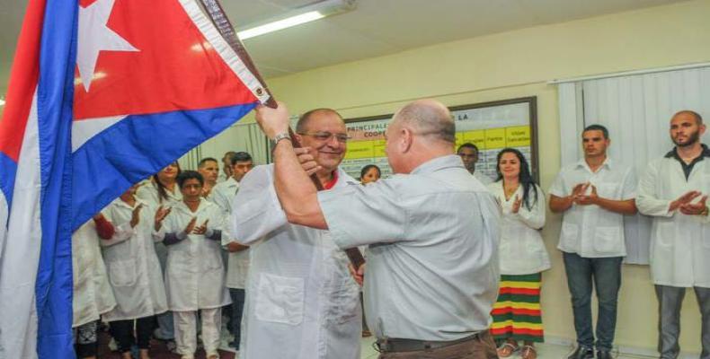Ministro cubano abandera brigada médica que  viajó a Perú. Foto:  Diario Granma
