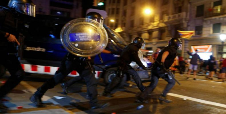 Protesters clash with police in Barcelona on Catalan referendum anniversary.  Photo: EFE