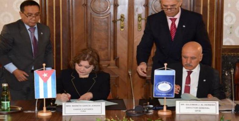 Marieta Garcia, chargée d'affaires à l'ambassade de Cuba en Autriche et Suleiman Jasir Al-Herbish, directeur général de l'OFID ont signé l'accord à Vienne. Phot