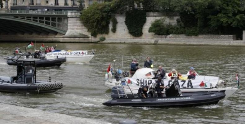 France's river police escort a boat belonging to the Gaza Strip-bound Freedom Flotilla in Seine River, Paris on June 17, 2018.  Photo: Reuters