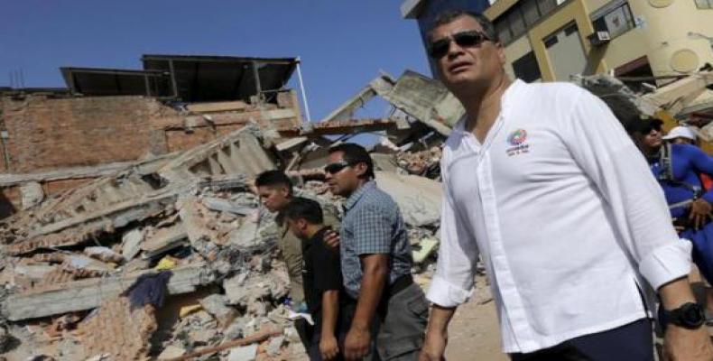 Correa en una visita a zona afectada por terremoto