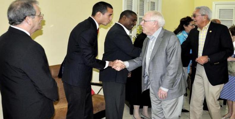 Ex congresistas norteamericanos y diputados cubanos se saludan.  Foto ACN