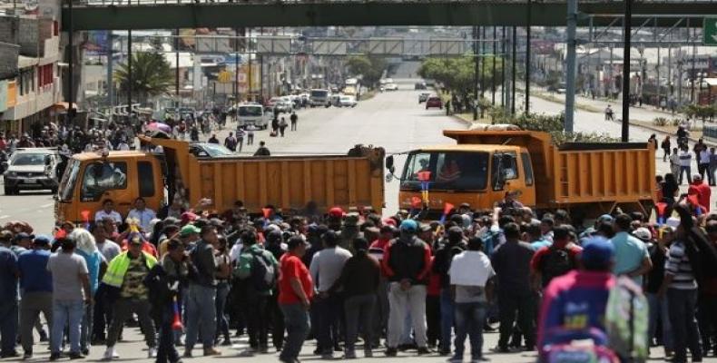 Trucks block main roads during protests against Lenin Moreno.  (Photo: Reuters)
