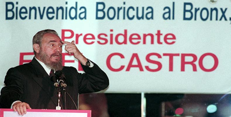 Cuban President Fidel Castro addresses the Puerto Rican community at Jimmy's Bronx Cafe in New York on Oct. 23, 1995. | Ron Frehm / AP  Foto