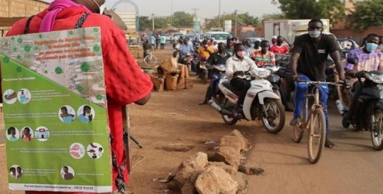 A man wears an information poster to deliver information on COVID-19 in Ouagadougou, Burkina Faso. (Photo: EFE)