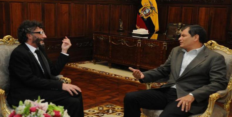 Fito Paez (izq) en conversaciòn con presidente Correa, de Ecuador (foto archivo)