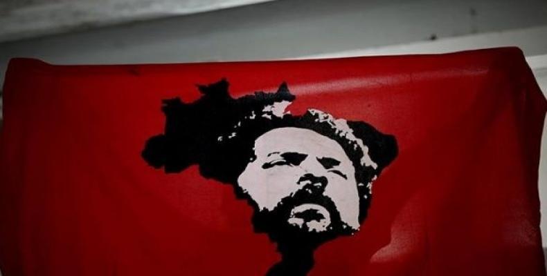 Lula da Silva on a flag held by a supporter.  Photo: EFE