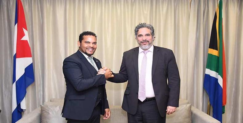 Alvin Botes y Rodolfo Benítez, representantes de Sudáfrica y Cuba, respectivamente, revisan relaciones bilaterales.(Foto:PL)