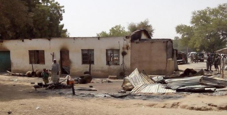 Una mujer y su hija observan una zona desbastada por un atentado de Boko Haram en Dalori. (EFE)