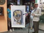 Pedro Martínez Pírez junto a lienzografía de Guayasamín al cantautor cubano Silvio Rodríguez.