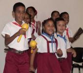 Momento de sorpresa, constituyó el asalto de pioneros de la escuela primaria Miguel Fernández Roy, quienes deleitaron a los presentes con letras tradicionales cubanas como la ¨Guatanamera¨ y les entregaron a cada trabajador, dibujos realizados por ellos , que posteriormente serán exhibidos en el el lobby de la emisora.