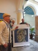 José Ramón Fernández recibe lienzo grafía conduce el acto el periodista cubano y subdirector de Radio Habana Cuba Pedro Martínez Pírez